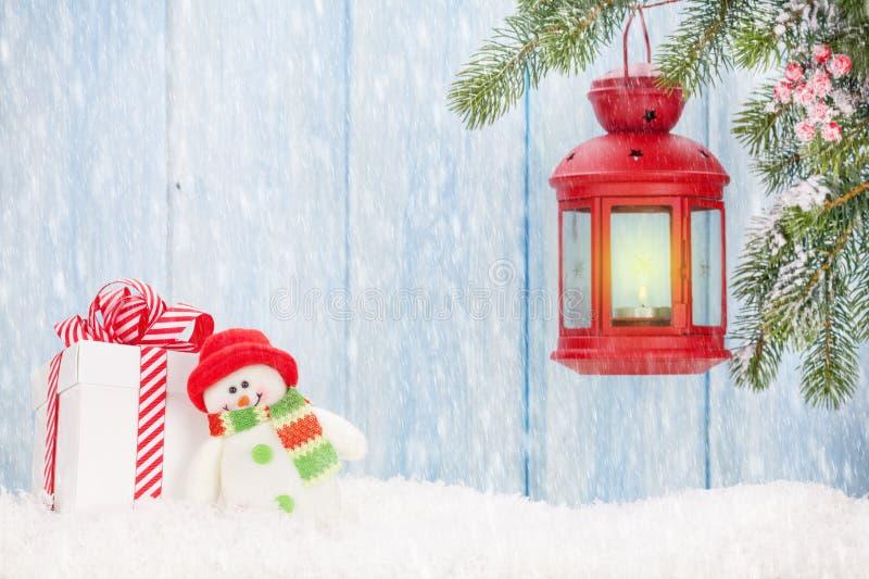 Lanterna, caixa de presente e boneco de neve da vela do Natal imagem de stock