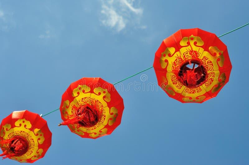 Lanterna chinesa vermelha contra o céu azul foto de stock royalty free