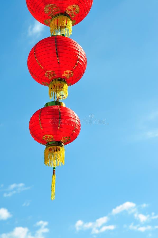 Lanterna chinesa vermelha contra o céu azul imagem de stock