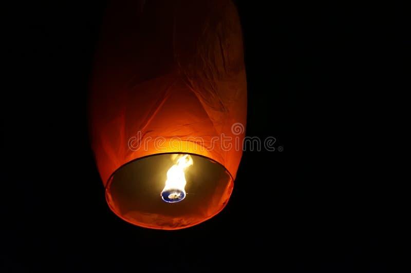 A lanterna chinesa voa acima altamente imagem de stock