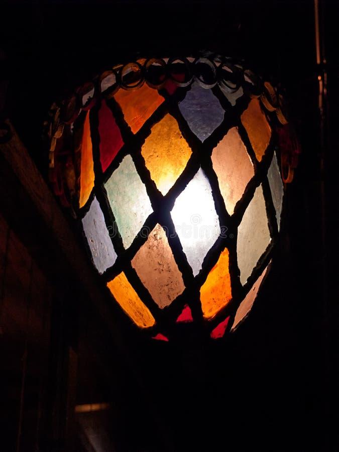 Lanterna colorida da noite no fundo da noite imagem de stock royalty free