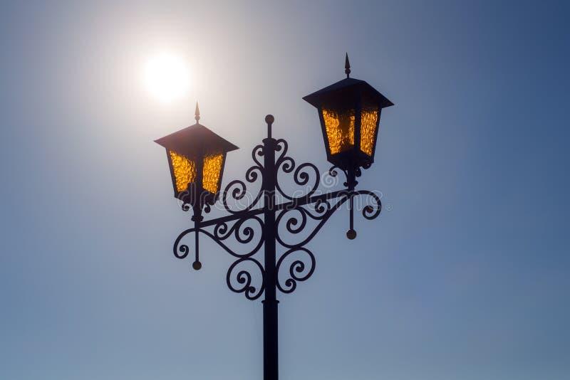 Lanterna contra o céu azul imagens de stock