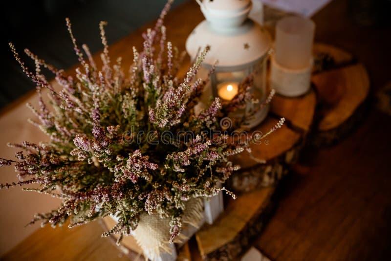 Lanterna d'annata con la decorazione della foresta e della candela stile autunnale, caffè, decorazione romantica del ristorante L immagini stock