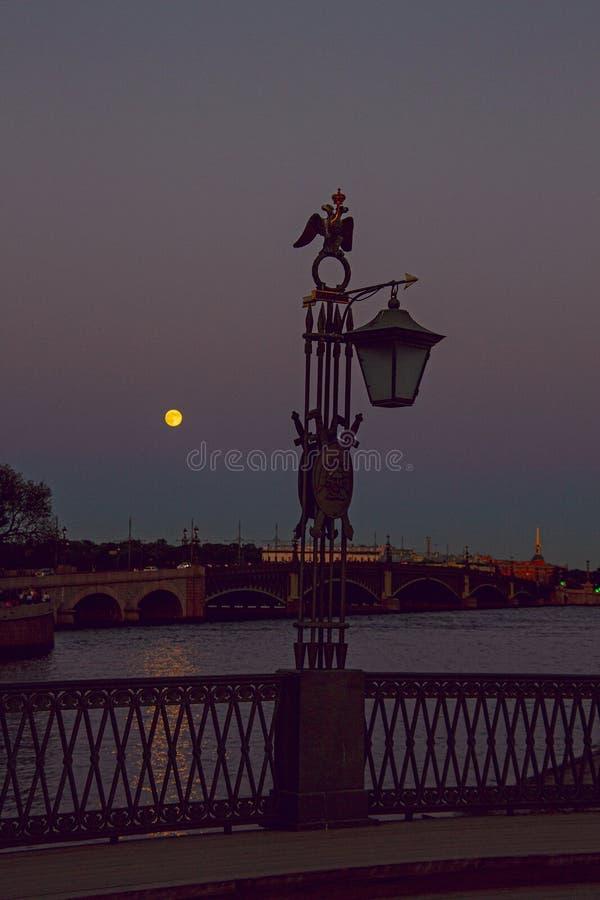 Lanterna d'annata dal fiume al crepuscolo fotografie stock libere da diritti