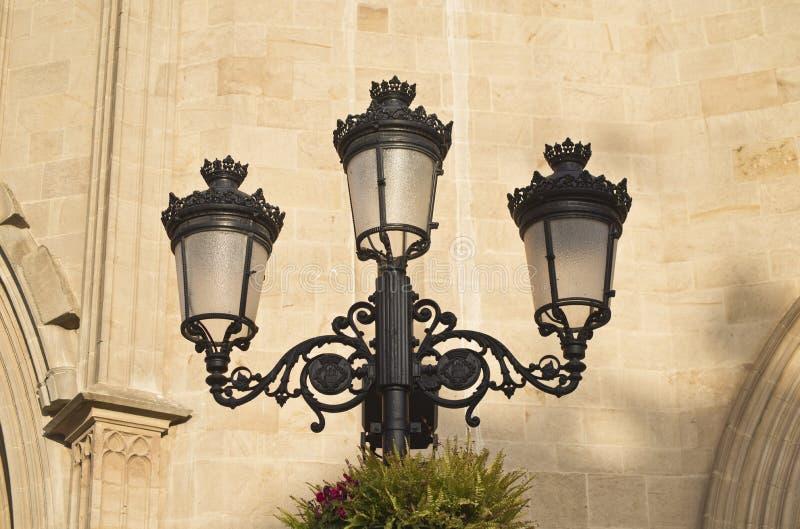 Lanterna d'annata della via su un fondo della parete di pietra di un Bulding in Spagna, primo piano fotografie stock
