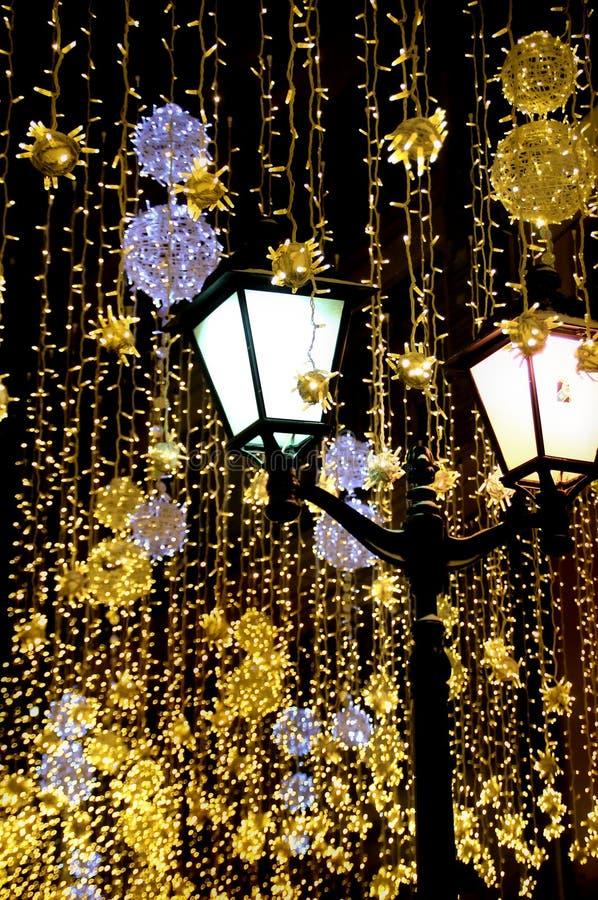 Lanterna d'annata sui precedenti delle ghirlande luminose immagini stock libere da diritti