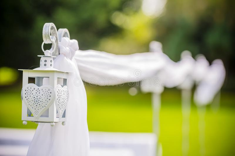 Lanterna d'attaccatura all'aperto meravigliosamente decorata di nozze Decorazione di cerimonia nuziale immagine stock libera da diritti