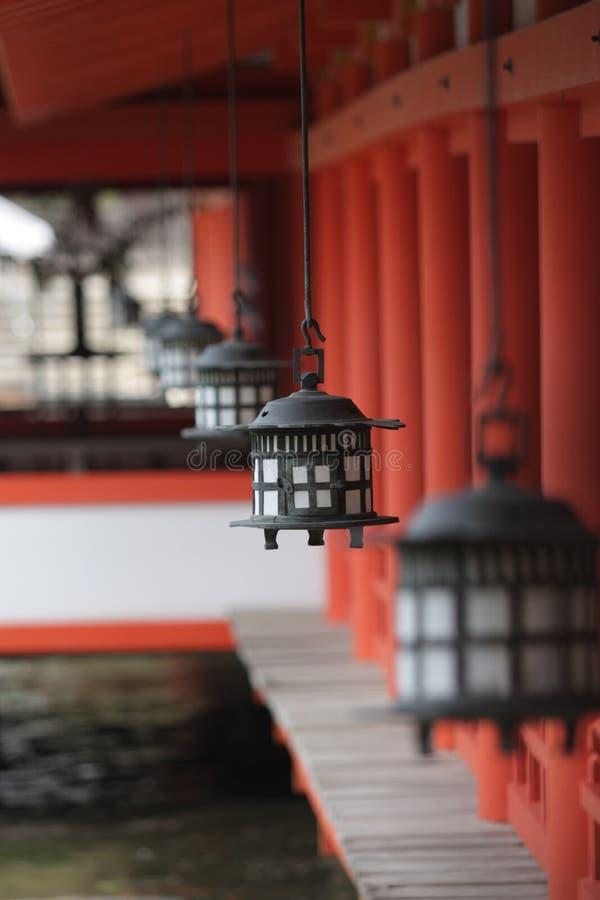 Lanterna d'attaccatura, santuario di Miyajima, Giappone fotografia stock