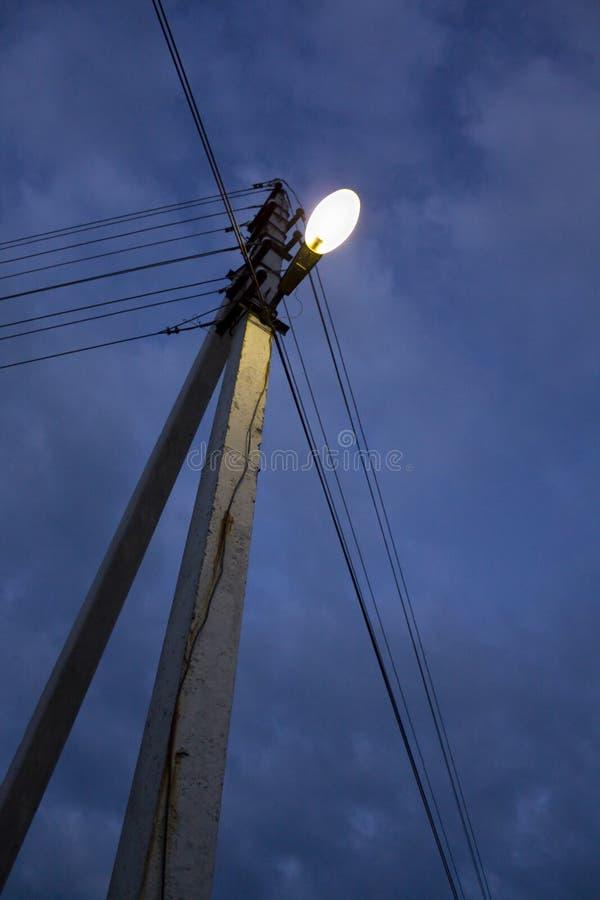 Lanterna da rua em uma coluna na noite fotografia de stock royalty free