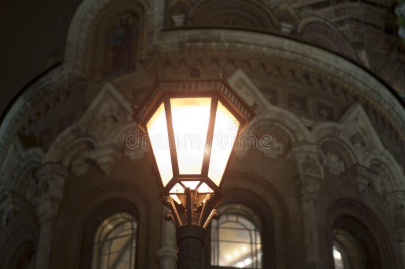 Lanterna davanti alla chiesa del salvatore su sangue rovesciato in San Pietroburgo winer Corsa immagine stock libera da diritti