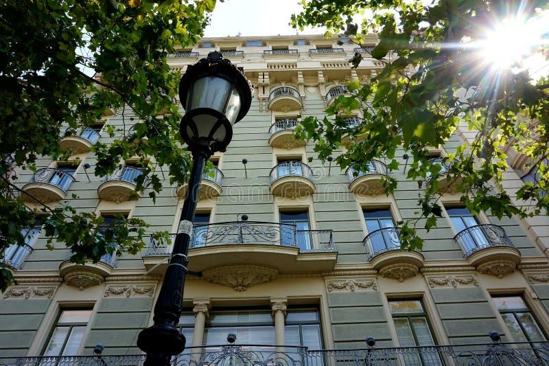 Lanterna davanti alla facciata di una di belle case a Barcellona fotografia stock
