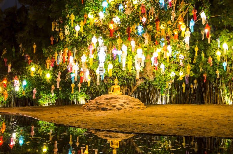 Lanterna de flutuação em Wat Phan Tao Temple, Chiangmai, Tailândia imagens de stock