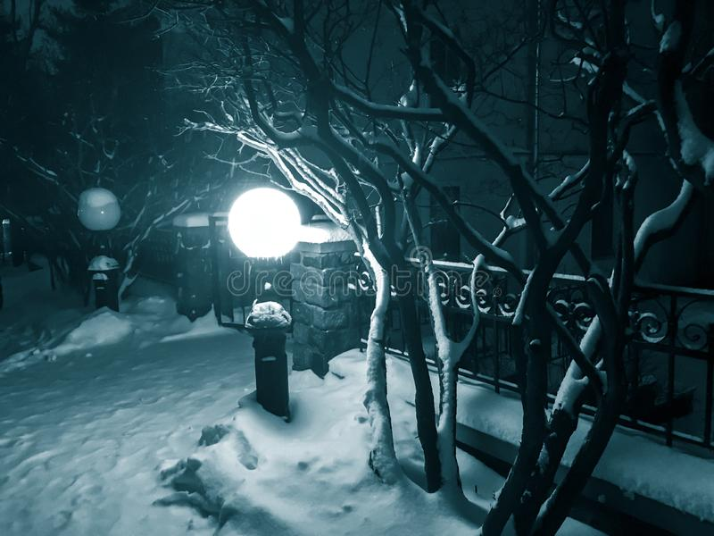 Lanterna de incandescência da rua na noite no inverno imagem de stock royalty free