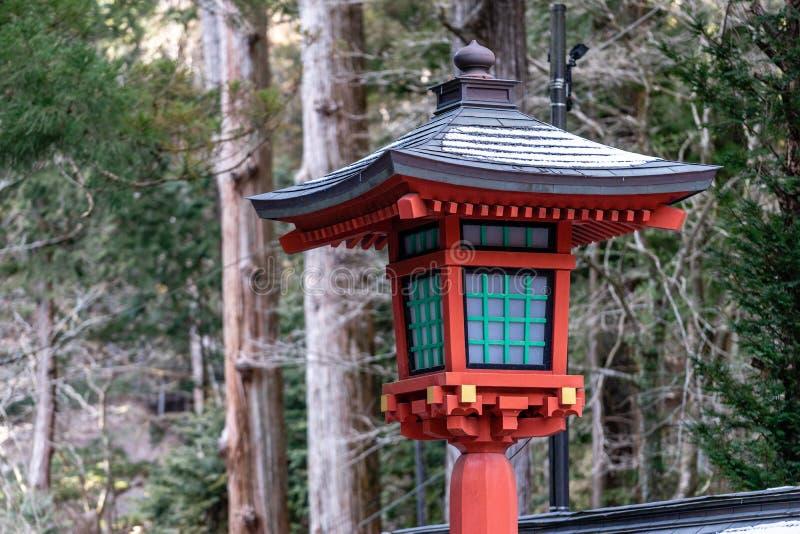 Lanterna de madeira vermelha do santuário japonês imagens de stock
