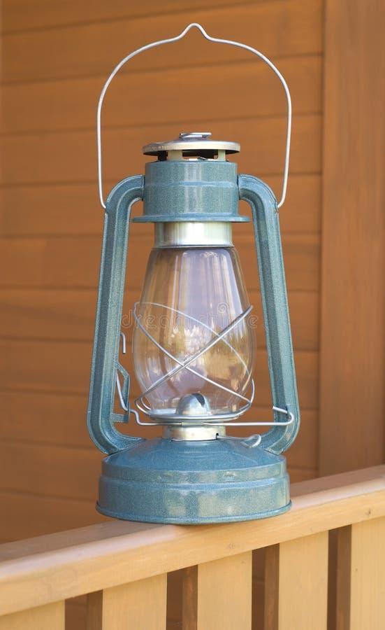 Lanterna de querosene retro do petróleo na cerca da casa de campo imagem de stock