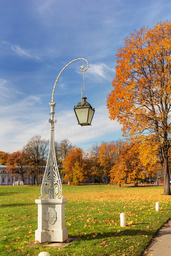 Lanterna decorativa no outono fotos de stock