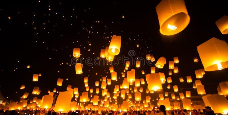Lanterna del cielo della carta del rilascio della gente in Yee Peng Festival fotografia stock libera da diritti