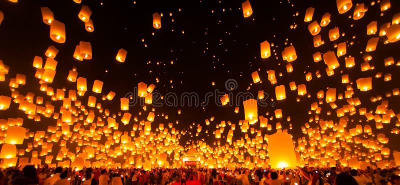 Lanterna del cielo della carta del rilascio della gente in Yee Peng Festival immagini stock