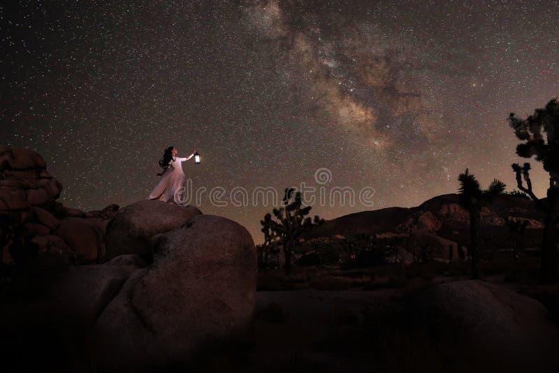 Lanterna della tenuta della ragazza nel deserto in corso la Via Lattea immagine stock libera da diritti