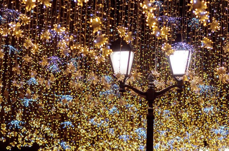 Lanterna della via con le ghirlande decorative di Natale Celebrazione di natale e di nuovo anno fotografia stock libera da diritti