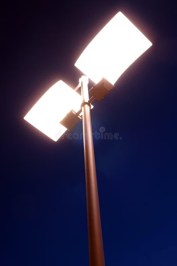Lanterna della via entro la notte fotografie stock libere da diritti