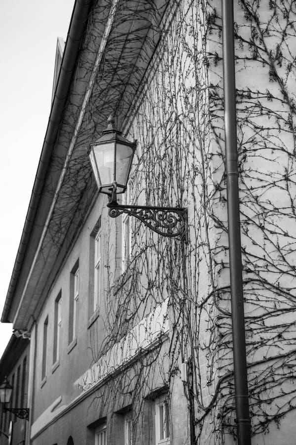 Lanterna della via sull'angolo della casa immagini stock