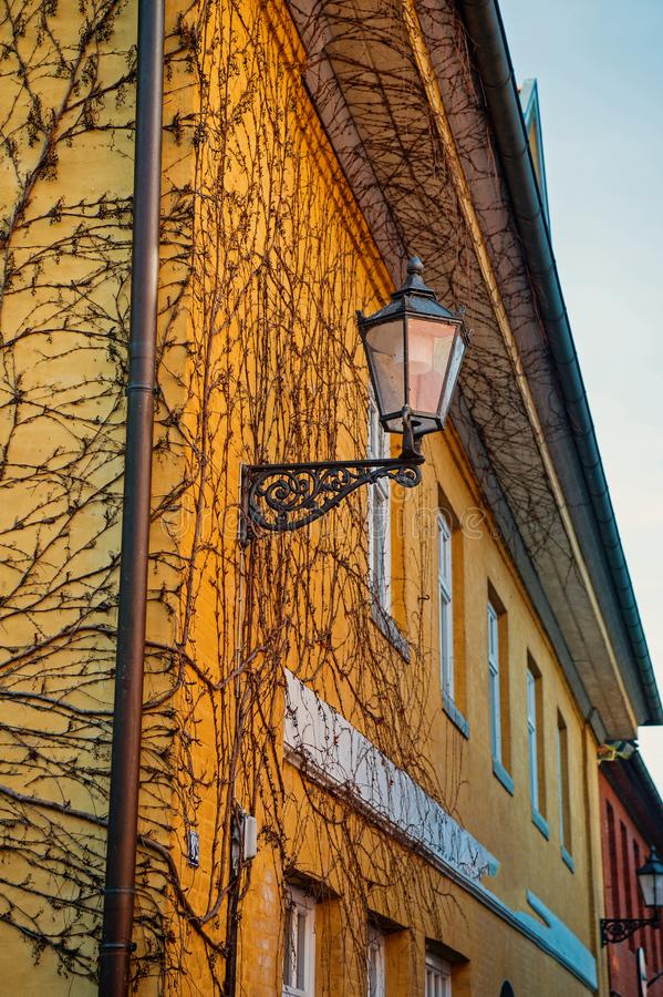 Lanterna della via sull'angolo della casa immagini stock libere da diritti