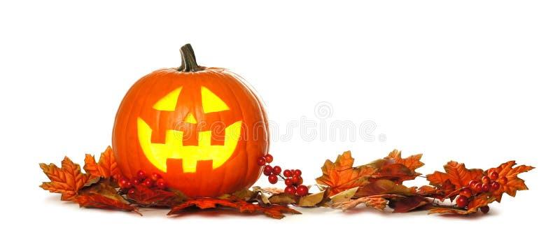 Lanterna di Halloween Jack o con il confine della foglia di autunno sopra bianco immagini stock