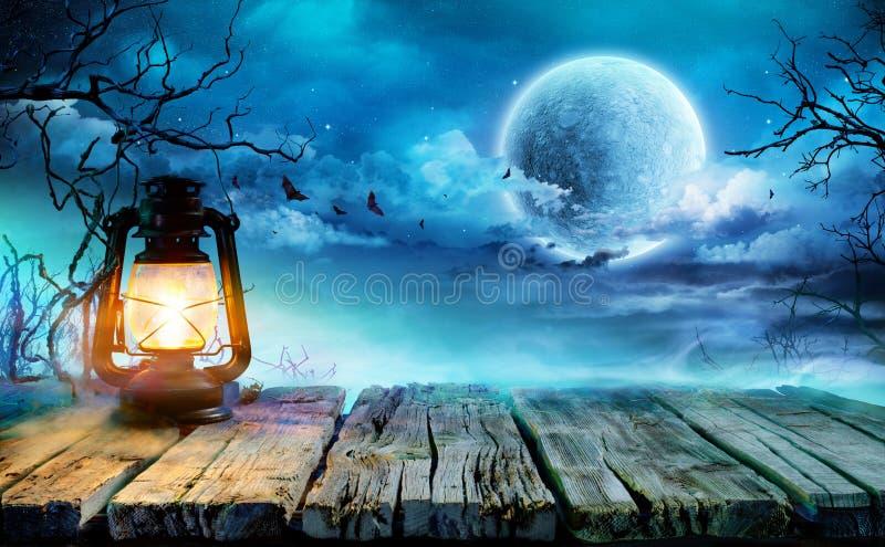 Lanterna di Halloween sulla vecchia Tabella immagine stock libera da diritti