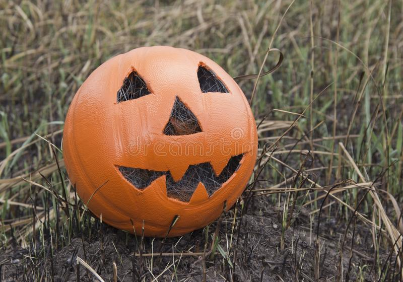 Lanterna di Jack per Halloween di una pallacanestro su terra bruciata fotografie stock