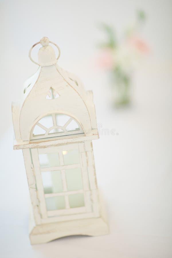 Lanterna di legno nel colore bianco come componente della decorazione di nozze - scaletta d'annata fotografie stock libere da diritti