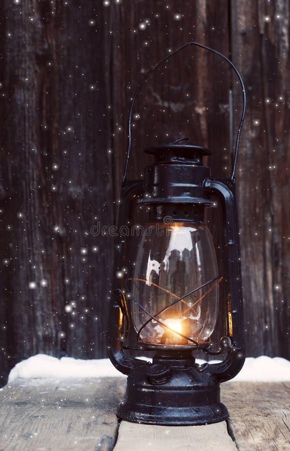 Lanterna di Natale su fondo di legno d'annata nel nig fotografia stock