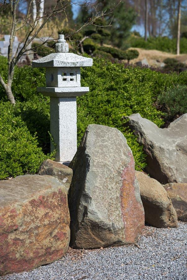 Lanterna di pietra, roccia e ghiaia rastrellata, desig del paesaggio del giardino di zen immagine stock
