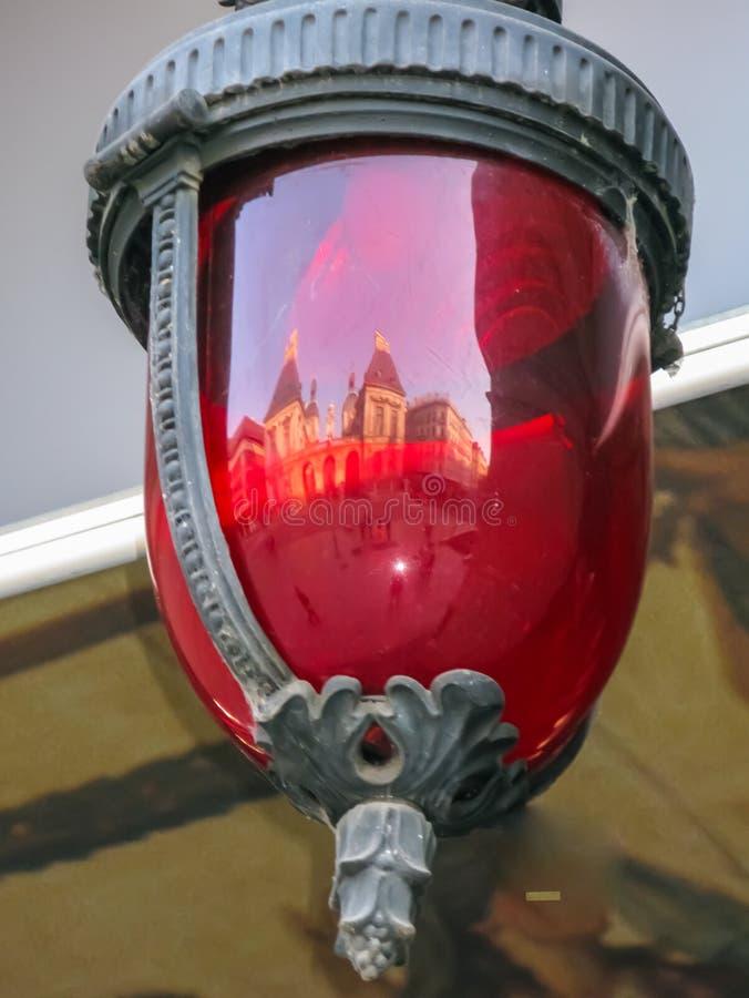 Lanterna di vetro rossa con la riflessione della serratura fotografia stock