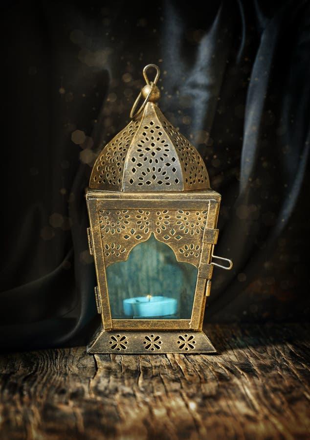 Lanterna do árabe do ouro fotografia de stock royalty free