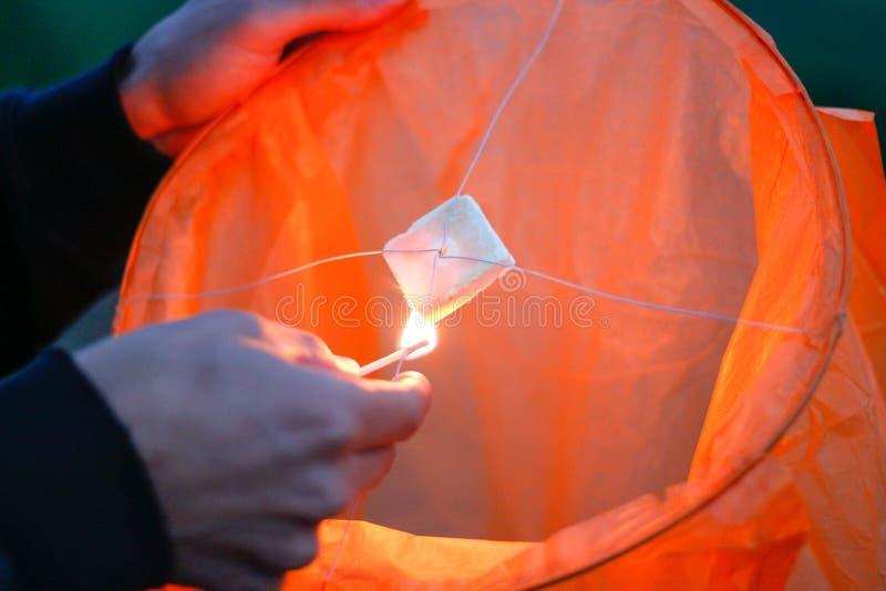 Lanterna do céu com fogo ardente Céu azul Fim acima fotos de stock royalty free