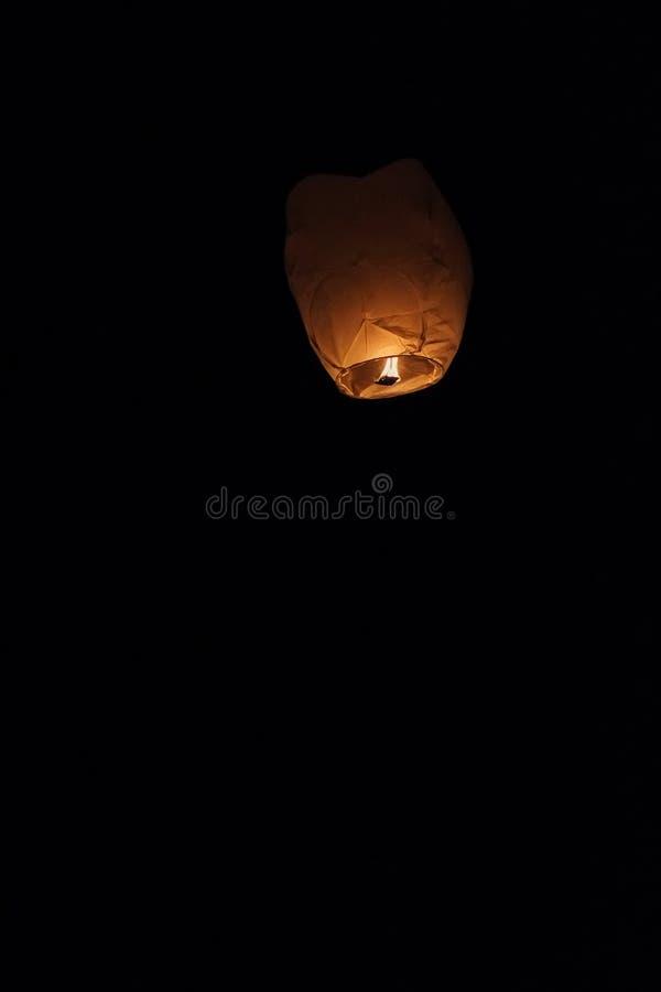 A lanterna do céu que flutua no céu noturno no festival em Pingxi, o texto chinês é um desejo para o dinheiro no ano novo fotos de stock royalty free