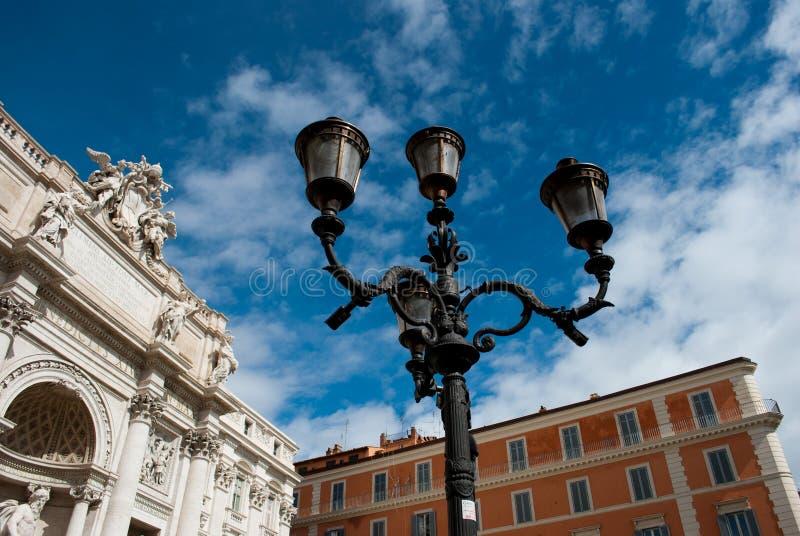 Lanterna do ferro fundido com 3 luzes em Roma próximo de Fontana di Trevi na rua do Trevi no céu com nuvens fundo, fevereiro imagem de stock royalty free