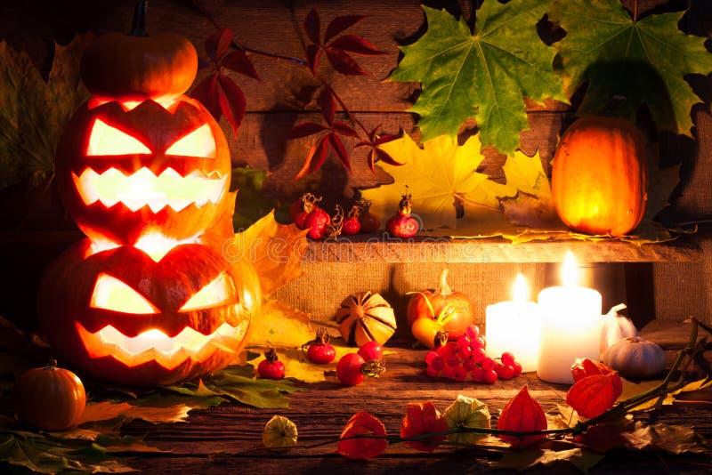 Lanterna do jaque da cabeça da abóbora de Dia das Bruxas com velas ardentes fotografia de stock