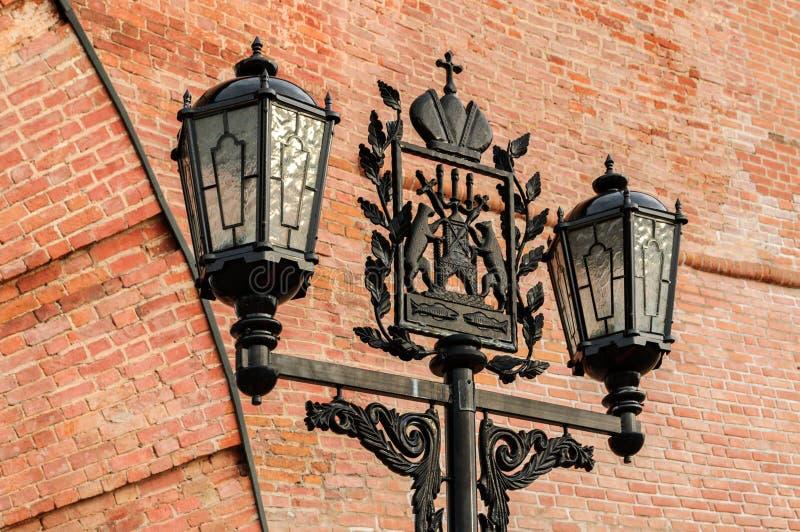 Lanterna do metal com a brasão de Veliky Novgorod fotografia de stock