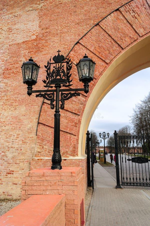 Lanterna do metal com a brasão de Veliky Novgorod foto de stock