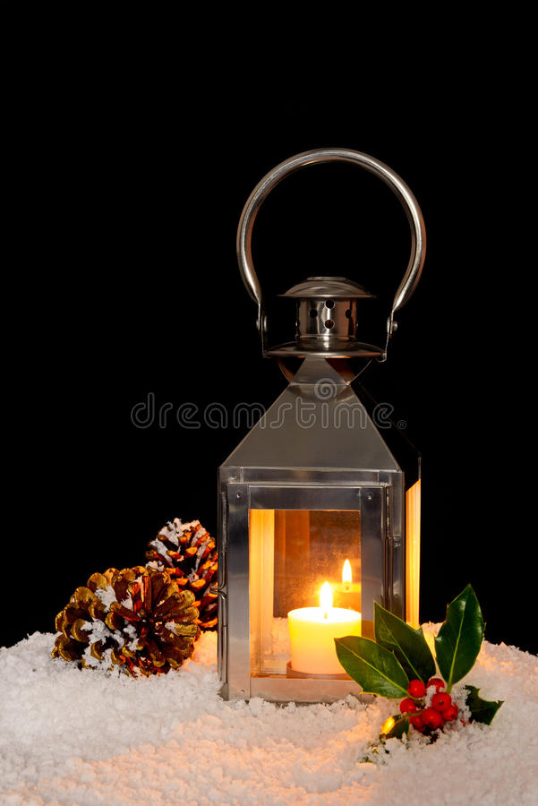 Lanterna do Natal na neve. foto de stock