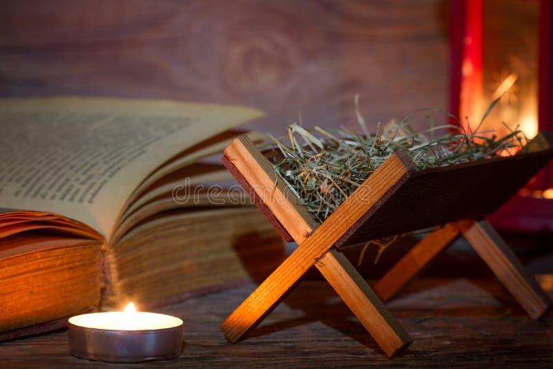 Lanterna e bibbia di scena di natività di Manger nel fondo di natale dell'estratto di notte immagini stock