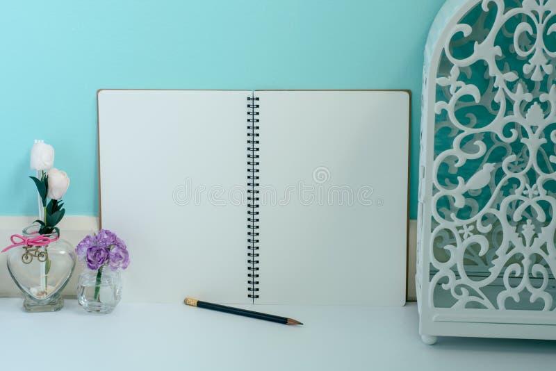 Lanterna e flor brancas do vintage com o caderno da página vazia e o a fotos de stock