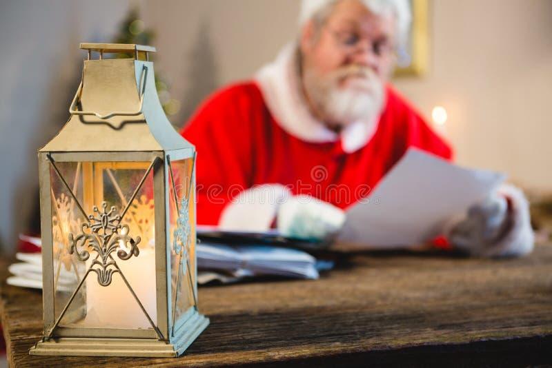 Lanterna e Santa Claus do Natal no fundo imagens de stock