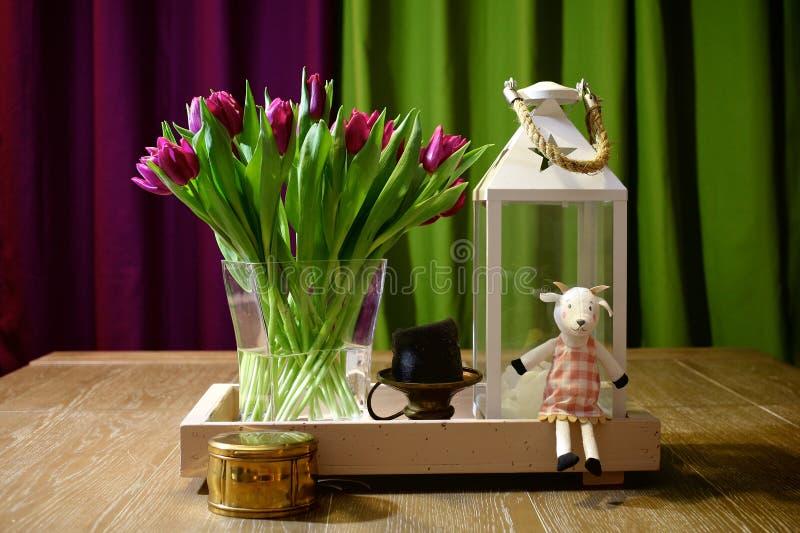 Lanterna e tulipani bianchi fotografia stock