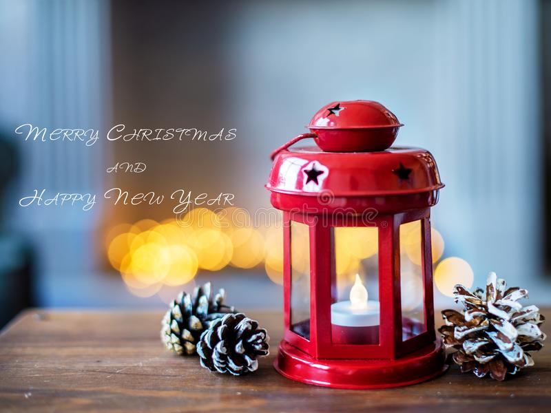 A lanterna elétrica vermelha do Natal no fundo de anos novos ilumina-se Composição dos anos novos imagens de stock