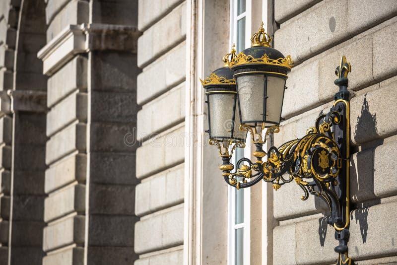Lanterna elegante della città vicino al palazzo reale a Madrid immagini stock