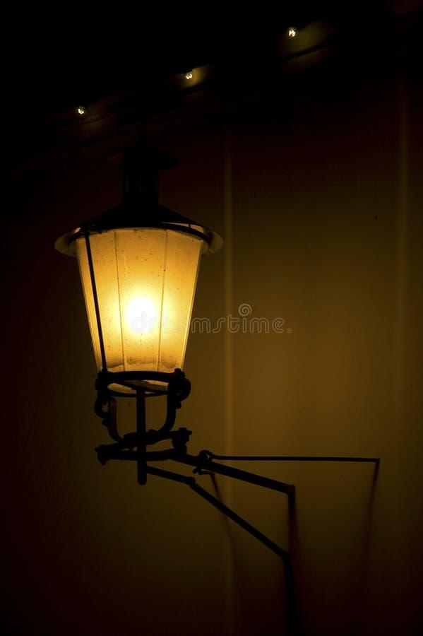 Lanterna em uma cidade da noite fotografia de stock