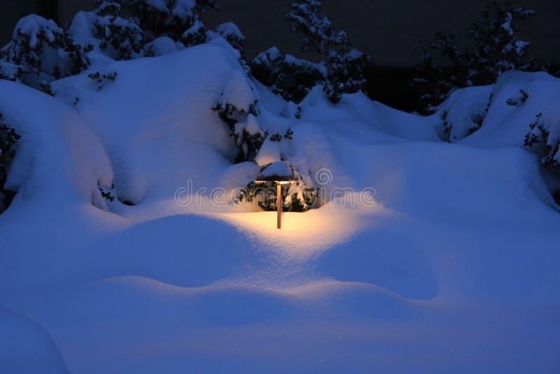 Lanterna exterior em um fundo nevado imagens de stock royalty free